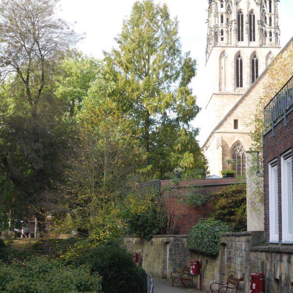 Aaseitenweg in Münster mit Blick auf die Überwasserkirche